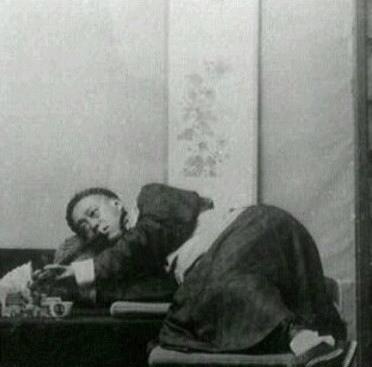 没当我们吃饱喝足,往床上一躺,侧着身子玩手机,就如下图!