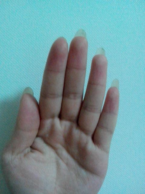 平时喜欢把指甲养很长,有次不小心把左手食指的指甲弄断了,就把它剪了,我看着这只手,总感觉哪里不太对呢。