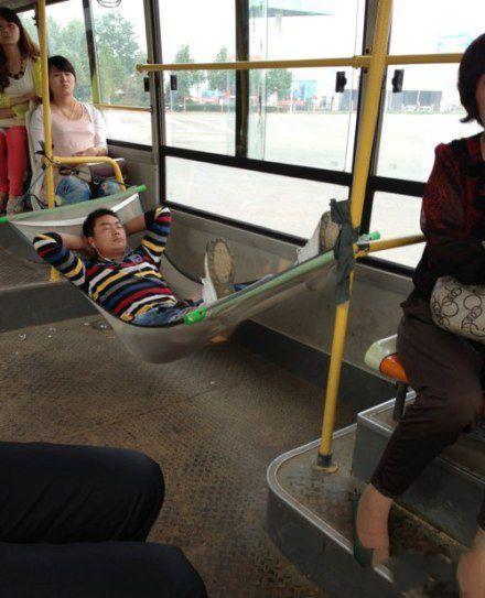 你真是公交车上的奇葩!公交是你家的吧。。。