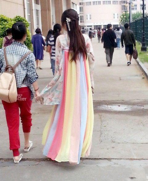 汉服太美了,妹子肩很纤细穿上汉服衬的真是若柳扶风。