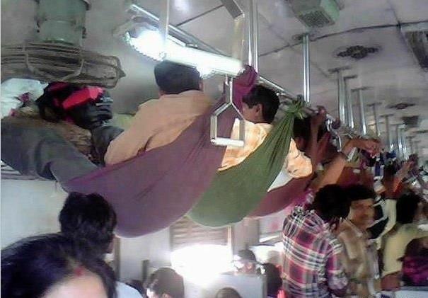 车厢里是在是太挤了。。。我们只能去和行李座到一起了~