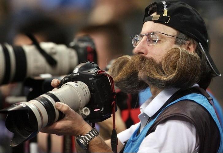 要证明你有艺术家的范儿,必须拥有茂盛打卷的胡须与超长的单反!!!!