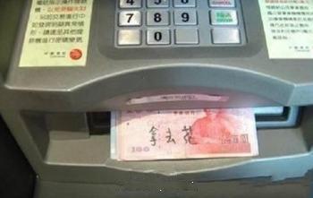 """在银行办业务,一大婶神色慌张冲进来,对大堂经理说:""""经理啊,我的卡被吃了!""""经理问:""""怎么会吃了?""""答:""""我存了6183块5,结果机子没反应了!""""瞬间,我看见经理也。。。。。没。。。反应。。。。了"""