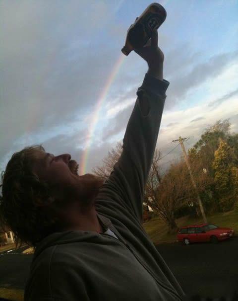 用酒瓶倒出彩虹,好不错的想法!