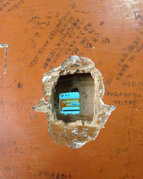 为了上课玩儿手机,竟然把桌子都挖了一个洞