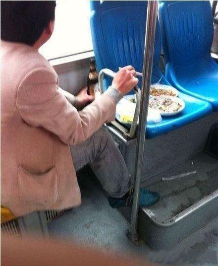 在公交上喝着小酒吃着小菜,享受着旁若无人般的潇洒啊,哥们你赢了!