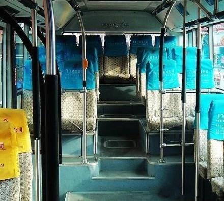 喜欢公交车最后一排正中央的位置,很有王者气度。没人站着的时候一眼到头,前方的路有多长就多有气场。挨两边坐的是心腹,左边言官右边一溜大将军,站着的是有本要奏的,急刹车的时候还真有人跪。当然,王有时候也会摔下来,很符合历史规律。