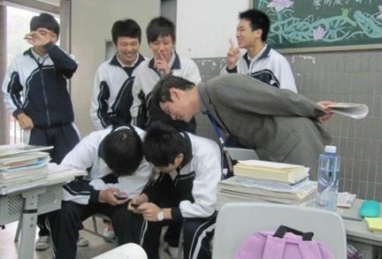 曾经的你,是否也有这样的经历?后面那排同学实在是太坏了!!