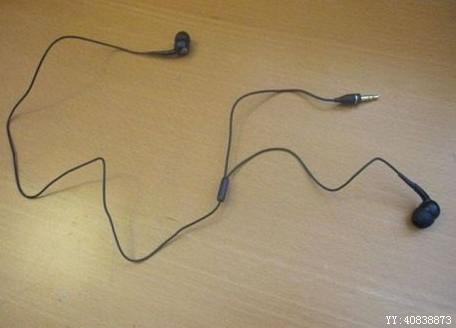 刚买来的耳机,总觉得哪里怪怪的。。