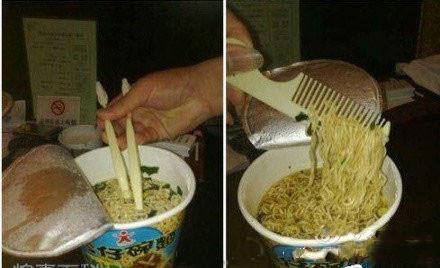 即使没筷子,也阻止不了他吃方便面的决心。。。