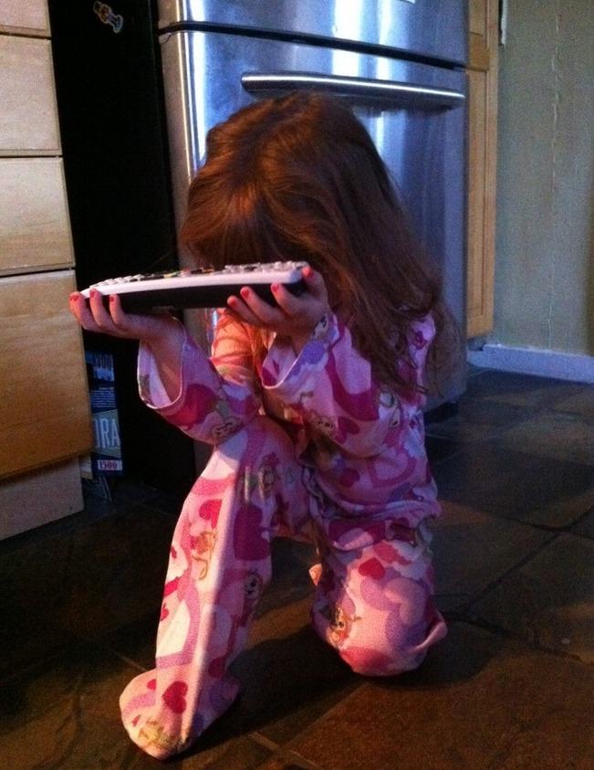 【父女节快乐!】我家那娃,每天想看动画片的时候,就来这个动作…… via@Geek笑点低 -