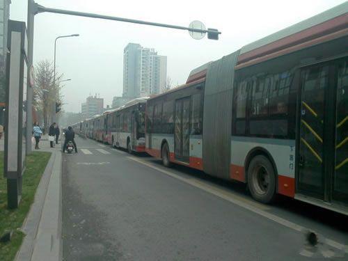 昨天不还是公交车吗?怎么今天变火车了。。。