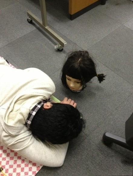 哥哥睡着了,妹妹悄悄的把模特的头放在他睁眼就能看到的位置。一睁眼,尼玛吓尿了啊!