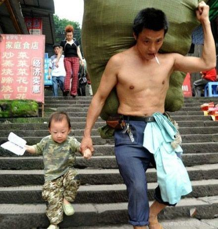 好男人标准照:肩上扛起全家,嘴上叼着自己,手中拉着未来。