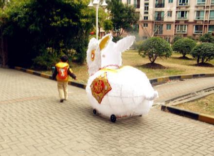这是要占用车位咯!太霸气了!!!谁真见过这么大的兔子灯?