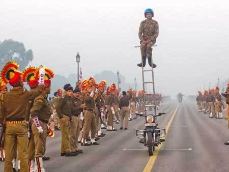 阅兵就是而杂技 印度人的思路好强大。