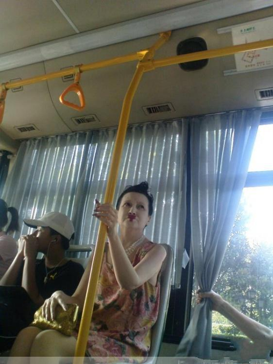早晨公交上,感冒流鼻涕无奈悄悄擦于车柱,一哥们握柱之,粘一手,爱于脸面又偷偷摸回柱子,哈哈!