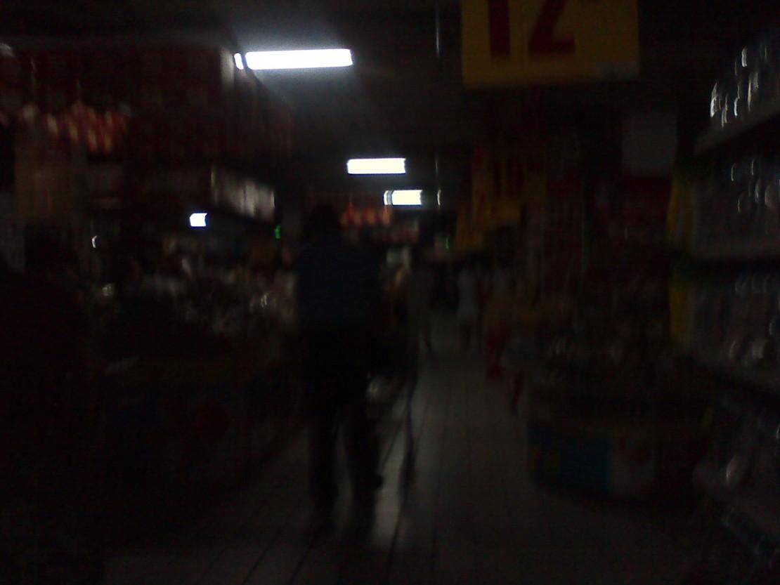 晚上去超市买年货,人很多,突然停电了……然后我听见了吃零食的声音…… 【@资深高端黑】