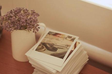 """小明在外地当兵时,女朋友移情别恋要和别人结婚了,希望小明能将她的照片寄还给她。小明悲痛之际,向战友们借了二、三十张女孩子的照片,连同女友的照片一起装进纸盒里,寄给移情别恋的女友。他在信上写:""""请挑出自己的照片,其余的再寄还给我。"""""""