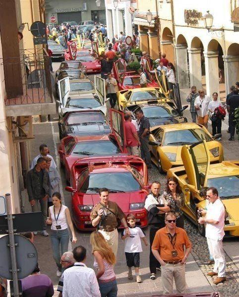 你以为这是车展?这其实是迪拜堵车了