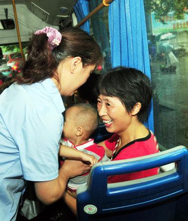 """上了公共车,看见一个抱孩子的妇女,我主动让了座。她激动的说:""""谢谢你!""""我当时怒吓道:""""先谢国家!"""""""
