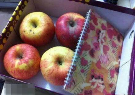 """某年会老板发的年终奖""""苹果笔记本""""~~"""