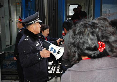 """一个在京民工过年回家买不上火车票,灵机一动,写了一块大牌子:""""我要上访!"""" 立即驶来一辆车,查看其身份证后,不听辩解将其送回老家,中途还管了两顿饭。"""