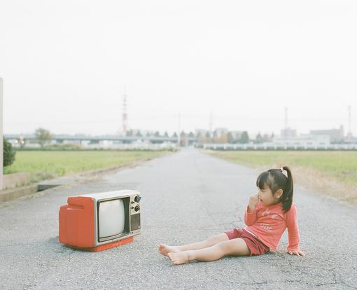 """现在的手机、电脑都流行触屏。有 位朋友特别感慨:""""现在科技发展这么 快,说不准哪天电视都触屏了。""""我说:""""如果电视换触屏我绝对不买!""""朋友问:""""为什么?""""我说:""""回到家,趟在沙发上是多么安逸,如果是触屏换台,那你还非要 走过去用手指戳。"""""""