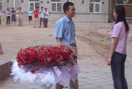 """中午路过食堂,听到学弟对学妹深情的说:""""我喜欢你很久了,我们能在一起么?""""女孩说:""""如果中国队得了世界杯冠军我就答应你。""""末了,还加了一句:""""看学长怎么帮你。"""