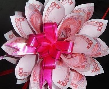 """一哥们儿特实在,今天他老婆生日,他没有给他老婆送玫瑰花,而是用百元大钞编织了一束花送给老婆,老婆甚兴!大家都说他舍得在老婆身上花钱,是如此的爱他老婆,谁知这哥们儿深深的抽了一口烟,淡淡的说:""""送花还要花钱买,这钞票编成花,晚上回家拆开,明天还能当钱花…""""真TM有才!"""