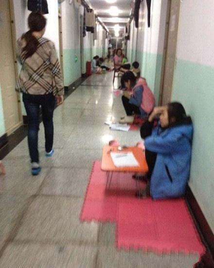 每当要考试了的时候走在寝室走廊楼道就有一种进了精神病院的感觉。。