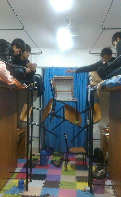 奇葩宿舍是这样打牌的。你们究竟是多不想下床啊!!!