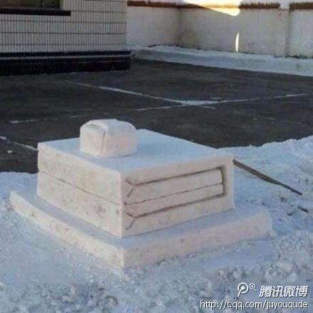 据说是在部队里堆得雪人。。
