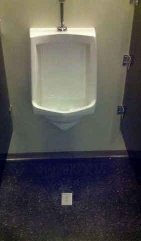 这个比尿到外面说明你短还要狠。。。尿到外面直接电成香肠了吧。。。这特么是在逗我么
