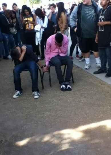 美国Az某校的两名男生在课堂上打架后,校方经研究给了他们两个选择:1.被勒令退学。2:手拉手在学校的院子里坐九天。他们选了这个……「via 一点儿也不vintage」