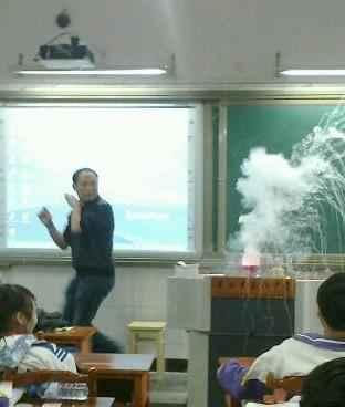 我们老师在做水与钠的反应时自己都被吓到了~!