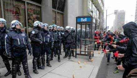 加拿大的示威者用甜甜圈引诱警察……