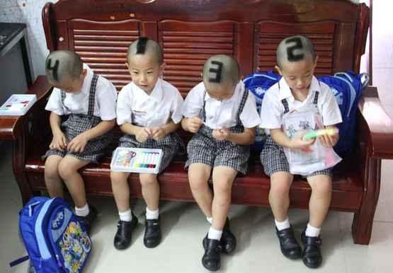 四胞胎的发型,,,潮爆了吧,他们的可爱妈妈为了学校的老师同学能更好的辨认,直接上编号了都。