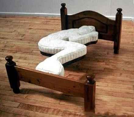 一朋友女朋友即将到国外出差,走之前说给他把屋子换一个新床。他高兴的不行,天天拉着我们吹嘘他女朋友对他有多好。结果货一到,他抱着我就泪奔了。。。哭的那个惨呀。。。。。