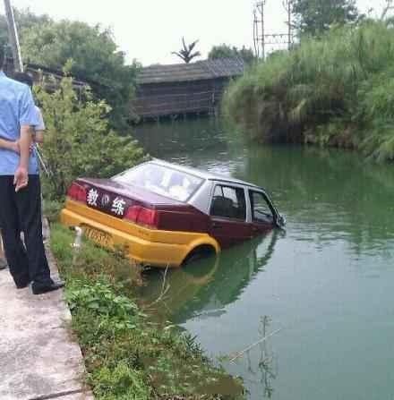 百闻不如一见,难道是驾校在不惜重本教学员如何在水里逃生?!