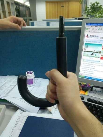 上海网友 RT@realcolour:中午撑伞去吃饭,回来就变这样了