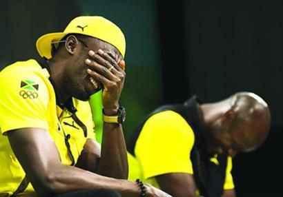 """27日在牙买加奥组委发布会上,男子百米和二百米世界纪录保持着博尔特和短跑名将鲍威尔遭到了挑战。当被问及安全套问题时,鲍威尔犹豫了很久,才害羞地开口:""""额……我没用过,我还是个处男。 """"底下400多个记者都笑疯了,他边上的博尔特(左)更是笑得前仰后合,不知如何是好。"""