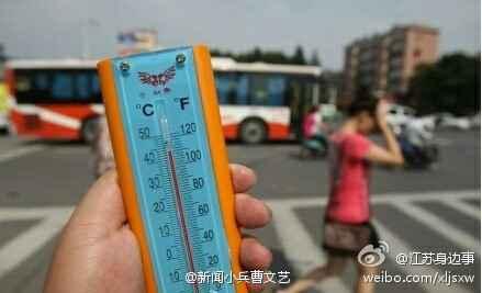 """今日南京高温酷热,记者采访市民。问一黑人:""""你能说说是南京热还是非洲热吗?""""黑人回答:""""我必须强调一下,我不是非洲的,我是在南京晒黑的!"""""""