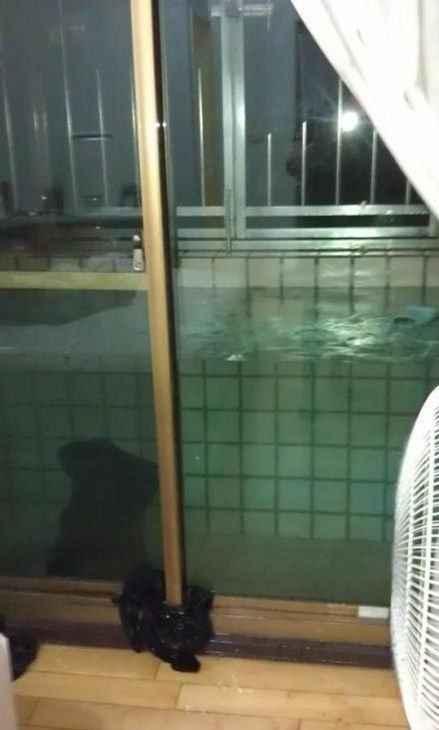 豪雨过后的某网友亲友家无排水孔阳台,只能等它自然蒸发了 。。