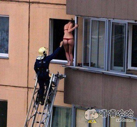一位王姓中年男子打电话来反映,邻居家太太被困自家卧室窗台