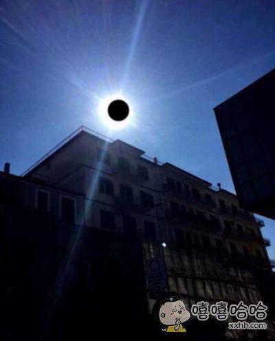 朋友说这是他拍的日食