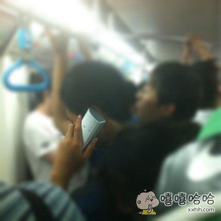 在地铁上看到的哥们儿,我想知道他拿的真不是遥控器吗?