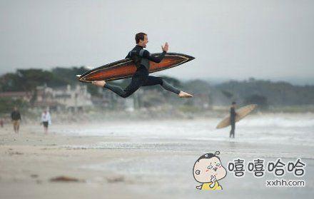一位去冲浪的网友拍下了这位奔向大海的浪友。。。。姿势也是蛮拼的。。。