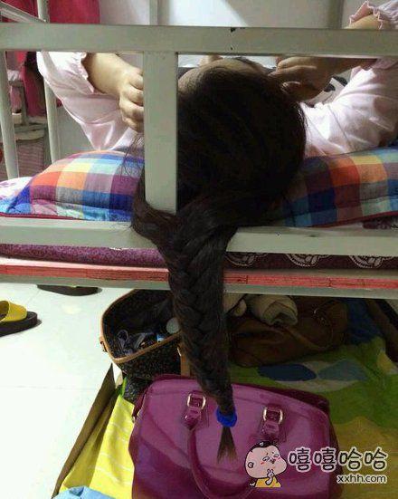 室友让我帮她编辫子,我答应了。