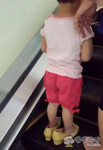 偷穿妈妈的鞋子出门